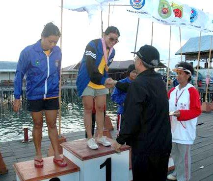 Atlit Selam  Kaltiman.Citra sedang menerima Medali Emas